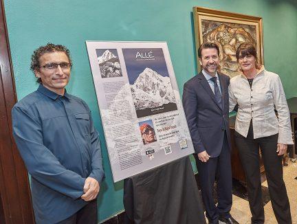 La embajadora de #YosoyTenerife Reyes de Miguel presenta en el Cabildo su libro 'Allé'